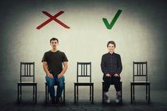 Δύο υποψήφιοι προσώπων για μια κενή αναμονή θέσεων εργασίας που μισθώνεται Κάποιος γίνεται αποδεκτός και άλλος απορριφθείς στοκ φωτογραφία με δικαίωμα ελεύθερης χρήσης