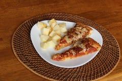Δύο φέτες της πίτσας και της Apple Στοκ Εικόνες