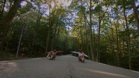 Δύο φίλες οδηγούν skateboard longboard στο δρόμο απόθεμα βίντεο