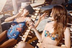 Δύο φίλες που έχουν τη διασκέδαση με τα γυαλιά VR και το smartphone στην παραλία στοκ εικόνα με δικαίωμα ελεύθερης χρήσης