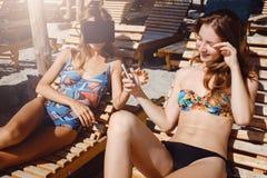 Δύο φίλες που έχουν τη διασκέδαση με τα γυαλιά VR και το smartphone στην παραλία στοκ εικόνα