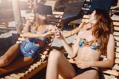 Δύο φίλες που έχουν τη διασκέδαση με τα γυαλιά VR και το smartphone στην παραλία στοκ φωτογραφία με δικαίωμα ελεύθερης χρήσης