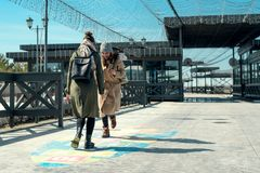 Δύο φίλες που περπατούν σε ένα πάρκο και που παίζουν hopscotch στο πεζοδρόμιο, εφηβεία, παιδική ηλικία στοκ φωτογραφία με δικαίωμα ελεύθερης χρήσης