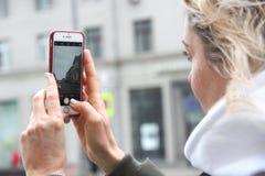 Δύο φίλες σε ένα ελατήριο περπατούν στη Μόσχα στοκ φωτογραφίες με δικαίωμα ελεύθερης χρήσης