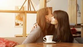 Δύο φίλες συναντιούνται στον καφέ και το φίλημα στοκ φωτογραφία με δικαίωμα ελεύθερης χρήσης