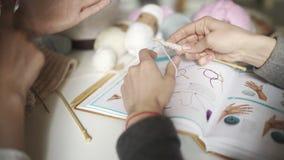 Δύο φίλοι γυναικών που μαθαίνουν να πλέκει με το πλέξιμο των βελόνων Πλέκοντας ομάδα γυναικών φιλμ μικρού μήκους