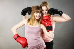 Δύο φίλοι γυναικών που φορούν τα εγκιβωτίζοντας γάντια Στοκ Φωτογραφία