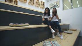 Δύο φίλοι διαβάζουν τα βιβλία στη σύγχρονη τάξη φιλμ μικρού μήκους