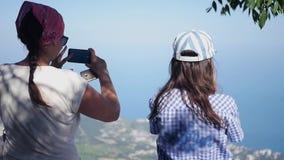 Δύο φίλοι θαυμάζουν το πανόραμα της πόλης και παίρνουν τις εικόνες στο τηλέφωνο HD, 1920x1080, σε αργή κίνηση απόθεμα βίντεο