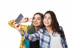 Δύο φίλοι κοριτσιών που παίρνουν selfie με το smartphone, που απομονώνεται στο άσπρο υπόβαθρο στοκ φωτογραφία με δικαίωμα ελεύθερης χρήσης