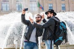 Δύο φίλοι παίρνουν ένα selfie μπροστά από μια πηγή Στοκ εικόνα με δικαίωμα ελεύθερης χρήσης