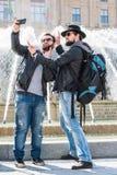 Δύο φίλοι παίρνουν ένα selfie μπροστά από μια πηγή Στοκ Εικόνα