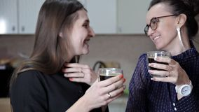 Δύο φίλοι στηρίζονται και πίνουν τον καφέ croissant γλυκό φλυτζανιών καφέ σπασιμάτων ανασκόπησης ο καφές πηγαίνει φιλμ μικρού μήκους