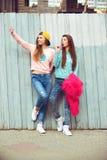 Δύο φίλες αγκαλιάζουν και έχουν τη διασκέδαση στοκ φωτογραφίες με δικαίωμα ελεύθερης χρήσης