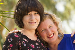 Δύο φίλοι γυναικών που μοιράζονται το χρόνο και χώρο Στοκ Εικόνες