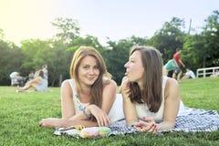 Δύο φίλοι που βρίσκονται στη χλόη στο πάρκο στοκ φωτογραφία με δικαίωμα ελεύθερης χρήσης