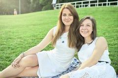 Δύο φίλοι που βρίσκονται στο χορτοτάπητα στοκ φωτογραφίες με δικαίωμα ελεύθερης χρήσης