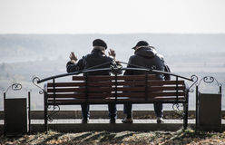Δύο φίλοι που κάθονται στον πάγκο Στοκ Εικόνα