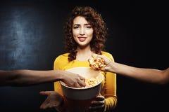 Δύο φίλοι που παίρνουν popcorn από τον κάδο κοριτσιών ` s Αρνητικές του προσώπου συγκινήσεις Στοκ φωτογραφία με δικαίωμα ελεύθερης χρήσης