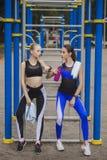 Δύο φίλοι που στηρίζονται μετά από τον αθλητισμό Στοκ Εικόνες