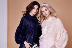 Δύο φίλος γυναικών προκλητικών ξανθός και brunette ή αντίπαλο όμορφο fac Στοκ φωτογραφία με δικαίωμα ελεύθερης χρήσης