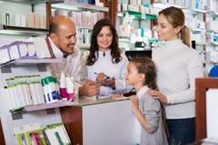 Δύο φαρμακοποιοί που βοηθούν τους πελάτες στοκ φωτογραφία με δικαίωμα ελεύθερης χρήσης