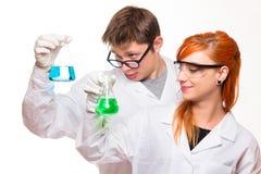 Δύο φαρμακοποιοί που κρατούν έναν σωλήνα δοκιμής σε ένα εργαστήριο στοκ φωτογραφία