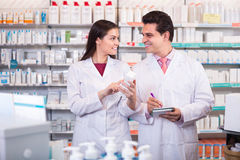 Δύο φαρμακοποιοί στο σύγχρονο φαρμακείο στοκ εικόνα