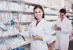 Δύο φαρμακοποιοί στο σύγχρονο φαρμακείο στοκ εικόνα με δικαίωμα ελεύθερης χρήσης