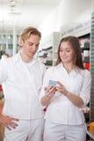 Δύο φαρμακοποιοί στο φαρμακείο Στοκ Εικόνα