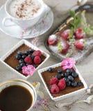 Δύο φλιτζάνια του καφέ, επιδόρπια σοκολάτας και φράουλες, εκλεκτής ποιότητας μαχαιροπήρουνα στοκ φωτογραφίες με δικαίωμα ελεύθερης χρήσης