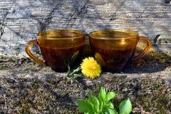 Δύο φλιτζάνια του καφέ στον τοίχο πετρών με το παλαιό ξύλινο υπόβαθρο στοκ φωτογραφία με δικαίωμα ελεύθερης χρήσης