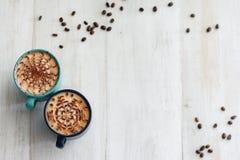 Δύο φλιτζάνια του καφέ στο μερίδιο στοκ φωτογραφία με δικαίωμα ελεύθερης χρήσης