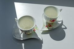 δύο φλυτζάνια για τον καφέ στον ήλιο ελεύθερη απεικόνιση δικαιώματος