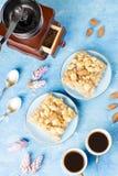 Δύο φλυτζάνια καφέ, μύλος καφέ και πίτα μήλων στο μπλε καλλιτεχνικό υπόβαθρο στοκ φωτογραφίες με δικαίωμα ελεύθερης χρήσης