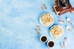 Δύο φλυτζάνια καφέ, μύλος καφέ και πίτα μήλων στο μπλε καλλιτεχνικό υπόβαθρο στοκ εικόνα με δικαίωμα ελεύθερης χρήσης