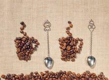 Δύο φλυτζάνια καφέ, παλαιά κουτάλια και λινό ανασκόπηση διακοσμητική Στοκ φωτογραφίες με δικαίωμα ελεύθερης χρήσης
