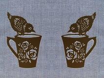 Δύο φλυτζάνια με τα πουλιά, κοπή εγγράφου στοκ φωτογραφία
