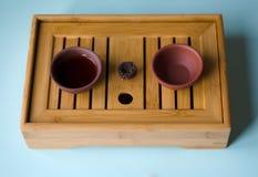 Δύο φλυτζάνια του τσαγιού στον κινεζικό πίνακα στοκ εικόνα