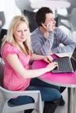 Δύο φοιτητές πανεπιστημίου που έχουν τη διασκέδαση που μελετά από κοινού Στοκ Εικόνα