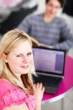 Δύο φοιτητές πανεπιστημίου που έχουν τη διασκέδαση που μελετά από κοινού Στοκ Φωτογραφίες