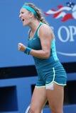 Δύο φορές ο πρωτοπόρος Βικτώρια Azarenka του Grand Slam της Λευκορωσίας γιορτάζει τη νίκη αφότου ανοίγουν οι ΗΠΑ την τρίτη στρογγ Στοκ Εικόνα