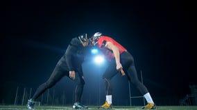 Δύο φορείς αμερικανικού ποδοσφαίρου συντρίβουν κατά μέτωπον ο ένας στον άλλο σε έναν τομέα απόθεμα βίντεο