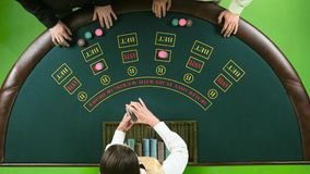 Δύο φορείς παίζουν το πόκερ στη χαρτοπαικτική λέσχη πέρα από τον πράσινο πίνακα πράσινη οθόνη Τοπ όψη φιλμ μικρού μήκους