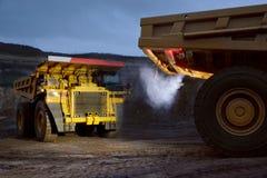 Δύο φορτηγά εργαζόμενος σε μια σταδιοδρομία Στοκ εικόνες με δικαίωμα ελεύθερης χρήσης