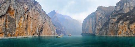 Δύο φορτηγίδες με την άμμο και το αμμοχάλικο στον ποταμό Yangtze στοκ φωτογραφίες