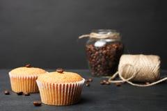 Δύο φρέσκα cupcakes στοκ φωτογραφία