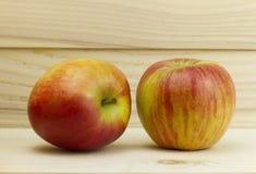Δύο φρέσκια juicy φυσική Apple στο ξύλινο υπόβαθρο Στοκ φωτογραφία με δικαίωμα ελεύθερης χρήσης