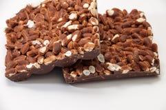 Δύο φραγμοί της σοκολάτας με το βρασμένο στον ατμό ρύζι σε ένα άσπρο υπόβαθρο Στοκ Φωτογραφία