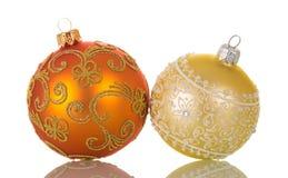 Δύο φωτεινά πολύχρωμα παιχνίδια Χριστουγέννων, που διακοσμούνται με τα σχέδια Στοκ φωτογραφίες με δικαίωμα ελεύθερης χρήσης